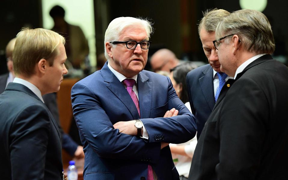 Ο Γερμανός υπουργός Εξωτερικών Φρανκ-Βάλτερ Σταϊνμάγερ (κέντρο), ο οποίος έχει χαρακτηρίσει τον Ντόναλντ Τραμπ «κήρυκα του μίσους», είναι ο επόμενος πρόεδρος της γερμανικής δημοκρατίας, μετά τη χθεσινή συμφωνία Χριστιανοδημοκρατών - Σοσιαλδημοκρατών. Η επιλογή Σταϊνμάγερ θεωρείται προπομπός της ανανέωσης του κυβερνητικού συνασπισμού Χριστιανοδημοκρατών - Σοσιαλδημοκρατών μετά τις βουλευτικές εκλογές του φθινοπώρου. Ως αντικαταστάτης του Σταϊνμάγερ στο υπουργείο Εξωτερικών προαλείφεται ο Μάρτιν Σουλτς, του οποίου η θητεία στην προεδρία του Ευρωκοινοβουλίου λήγει στα τέλη του χρόνου.