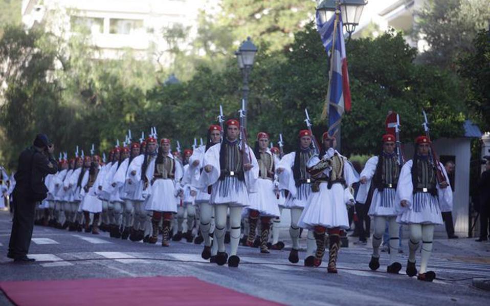 H Προεδρική Φρουρά με τις σημαίες κατεβαίνει την Hρώδου Aττικού για την υποδοχή του τιμώμενου προέδρου στο Προεδρικό Mέγαρο... (φωτογραφίες Eυρωκίνηση).