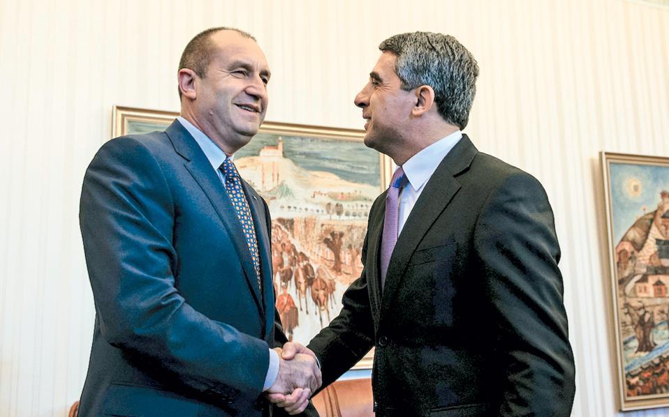 Ο Βούλγαρος πρόεδρος Ρόζεν Πλέβνιεφ (δεξιά) υποδέχεται τον νεοεκλεγέντα πρόεδρο Ρούμεν Ράντεφ (αριστερά) λίγο πριν από τη συνάντησή τους στη Σόφια.
