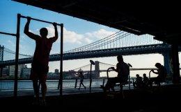 Κάτοικοι της Νέας Υόρκης ασκούνται ανατολικά του ποταμού Χάντσον.