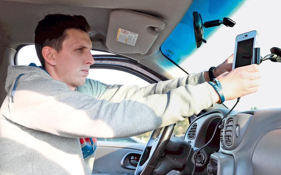 Ο Μπρετ Χάτσον  οδηγεί μια Σεβρολέτ του 2002. Εγκατέστησε σύστημα Bluetooth για να μιλάει στο τηλέφωνο, ωστόσο η ασφάλεια δεν είναι εγγυημένη.