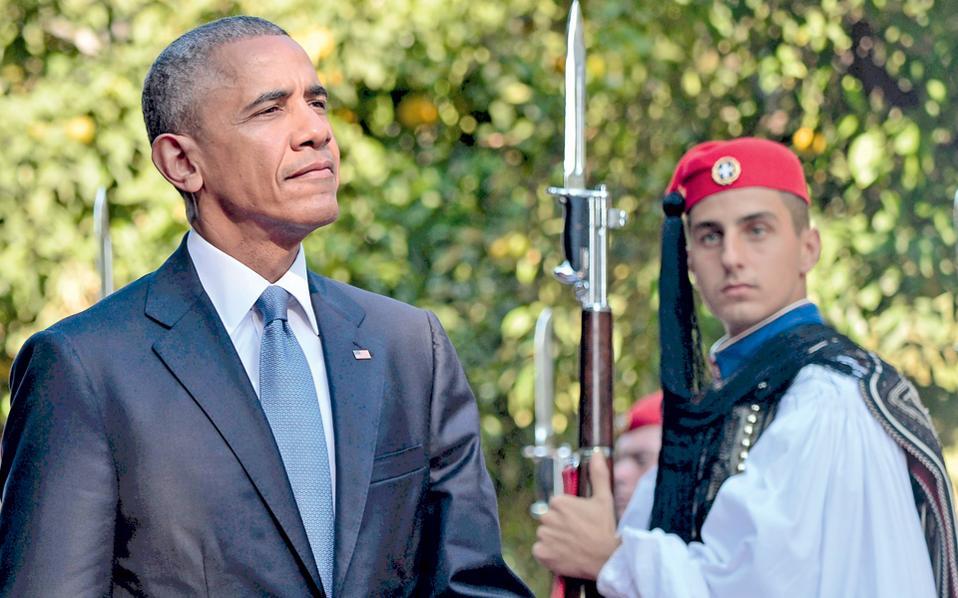 Ο Αμερικανός πρόεδρος Μπαράκ Ομπάμα επιθεωρεί το άγημα της προεδρικής φρουράς κατά την επίσημη υποδοχή του χθες στο Προεδρικό Μέγαρο. Ο κ. Ομπάμα υπογράμμισε ότι έπρεπε να έρθει στην Ελλάδα επειδή είναι η χώρα που γέννησε τη Δημοκρατία και τις αρχές που γαλούχησαν τις ΗΠΑ.
