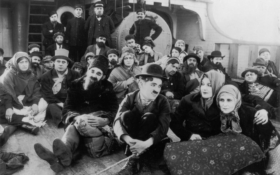 Σκηνή από την ιστορική ταινία του Τσάρλι Τσάπλιν «The Immigrant» (1917).