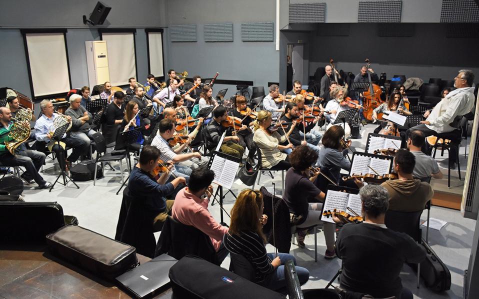 Στιγμιότυπο από δοκιμή της Φιλαρμόνιας Ορχήστρας Αθηνών υπό τον Βύρωνα Φιδετζή.