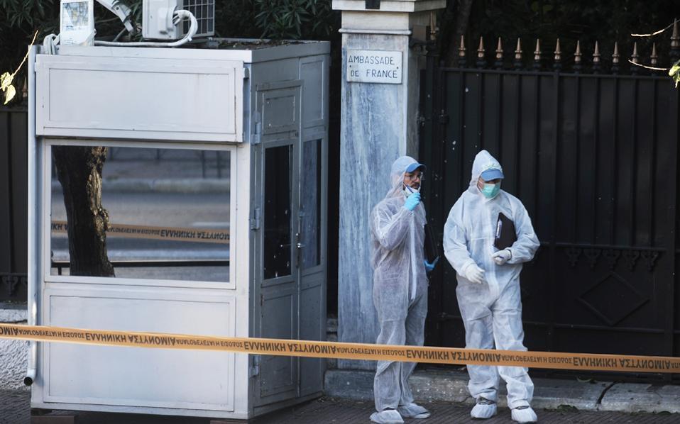 «Η μοτοσικλέτα σταμάτησε μπροστά στην πρεσβεία και μετά απασφαλίστηκε η χειροβομβίδα», αναφερόταν στην προκήρυξη για την επίθεση.