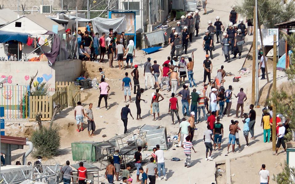 Στη Λέσβο παραμένουν 6.154 πρόσφυγες και μετανάστες.