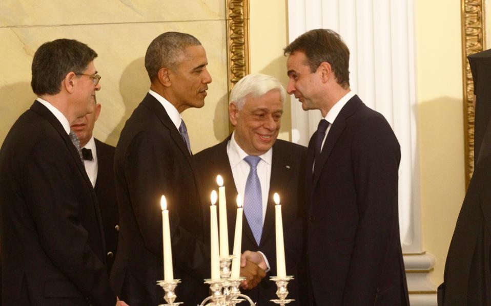 Θερμή χειραψία των κ.  Μητσοτάκη και Ομπάμα, στο δείπνο που παρετέθη προς τιμήν του απερχόμενου προέδρου των ΗΠΑ στο Προεδρικό Μέγαρο.