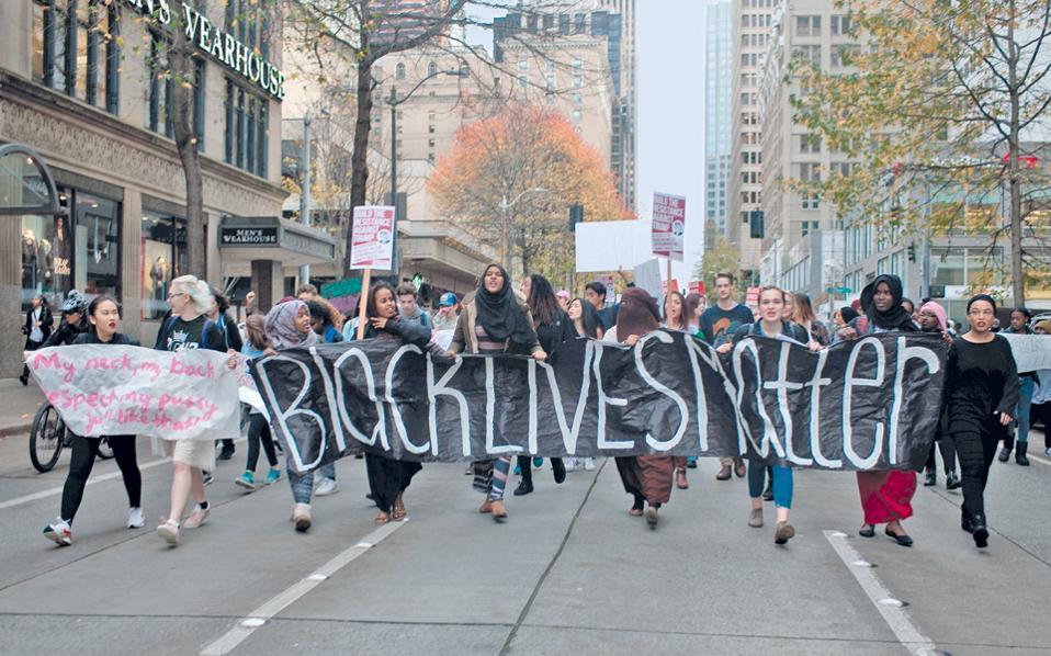 Ακτιβιστές διαδηλώνουν στο Σιατλ, στη Δυτική Ακτή των ΗΠΑ, εναντίον της εκλογής του Ντόναλντ Τραμπ. Νωρίτερα, μαθητές και φοιτητές είχαν εγκαταλείψει τις τάξεις τους για να κατεβούν στους δρόμους.