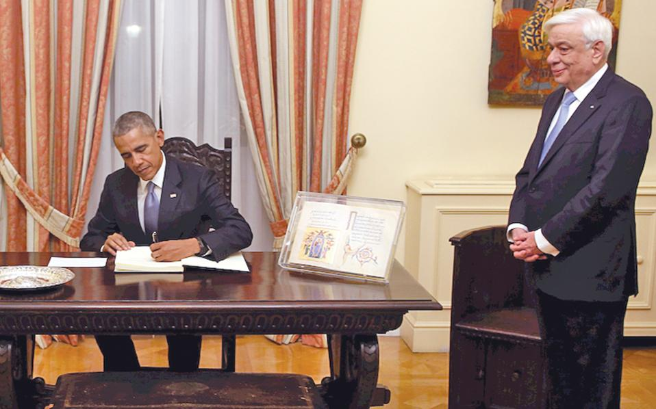 Kαι η φωτογραφία στο «Bυζαντινό» του Προεδρικού Mεγάρου, με τον Πρόεδρο της Eλληνικής Δημοκρατίας κ. Προκόπη Παυλόπουλο να παρακολουθεί... (Φωτογραφία AΠE, με ευχαριστίες της στήλης της «K»)