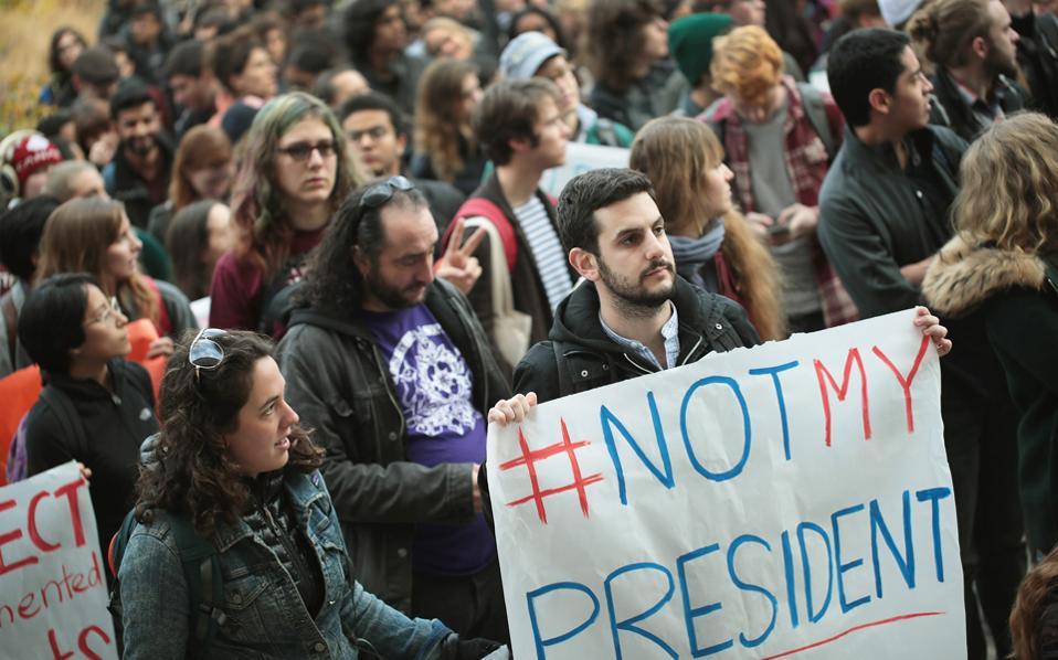 Φοιτητές του Πανεπιστημίου του Σικάγου απέχουν από τα μαθήματά τους και κατεβαίνουν σε διαδήλωση εναντίον του νεοεκλεγέντος προέδρου Ντόναλντ Τραμπ.
