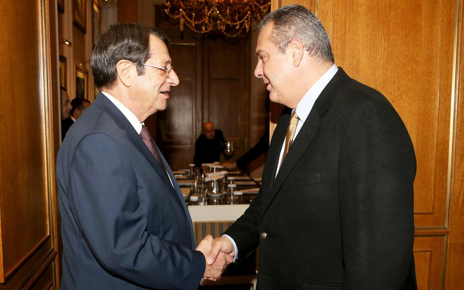 Θερμή χειραψία του προέδρου της Κυπριακής Δημοκρατίας Ν. Αναστασιάδη με τον πρόεδρο των ΑΝΕΛ και υπουργό Εθνικής Αμυνας Π. Καμμένο, κατά τη χθεσινή τους συνάντηση.