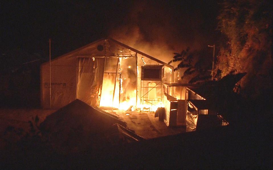 Οι φωτιές κατέστρεψαν πολλές από τις υπάρχουσες υποδομές του καταυλισμού.