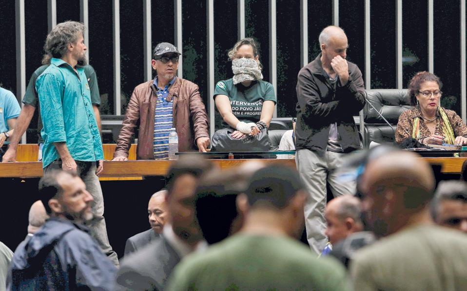 Δεξιοί διαδηλωτές εισβάλλουν στο κοινοβούλιο της Βραζιλίας με συνθήματα εναντίον της διαφθοράς των πολιτικών και υπέρ πραξικοπήματος των στρατηγών.
