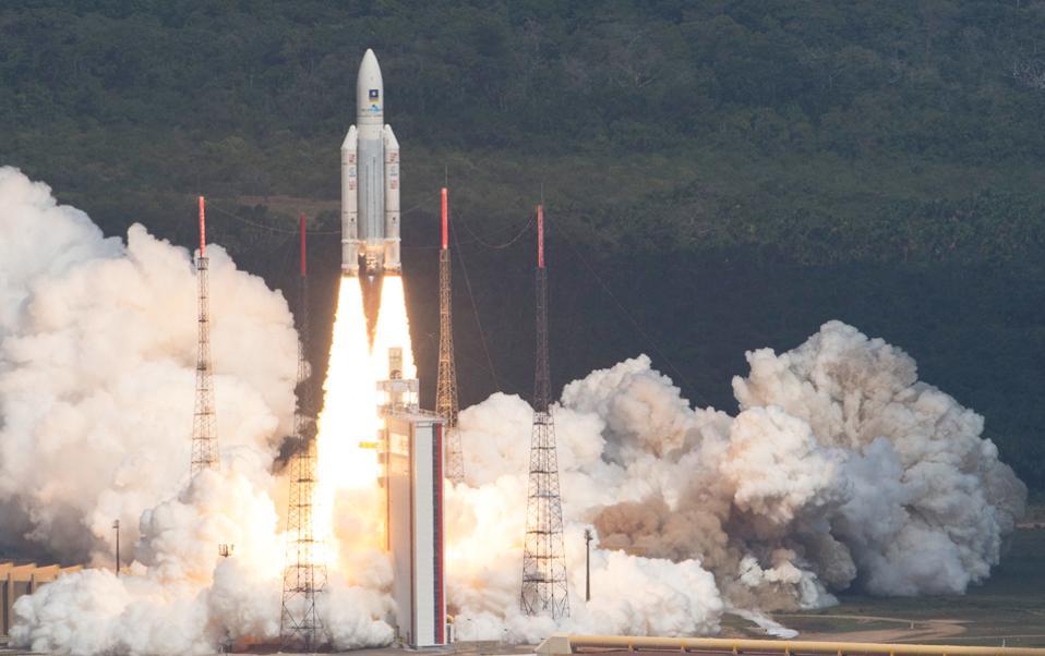 H χθεσινή εκτόξευση του πυραύλου Ariane 5 από τη διαστημική βάση Κουρού. Στο υψηλότερο τμήμα βρίσκονται οι τέσσερις δορυφόροι.