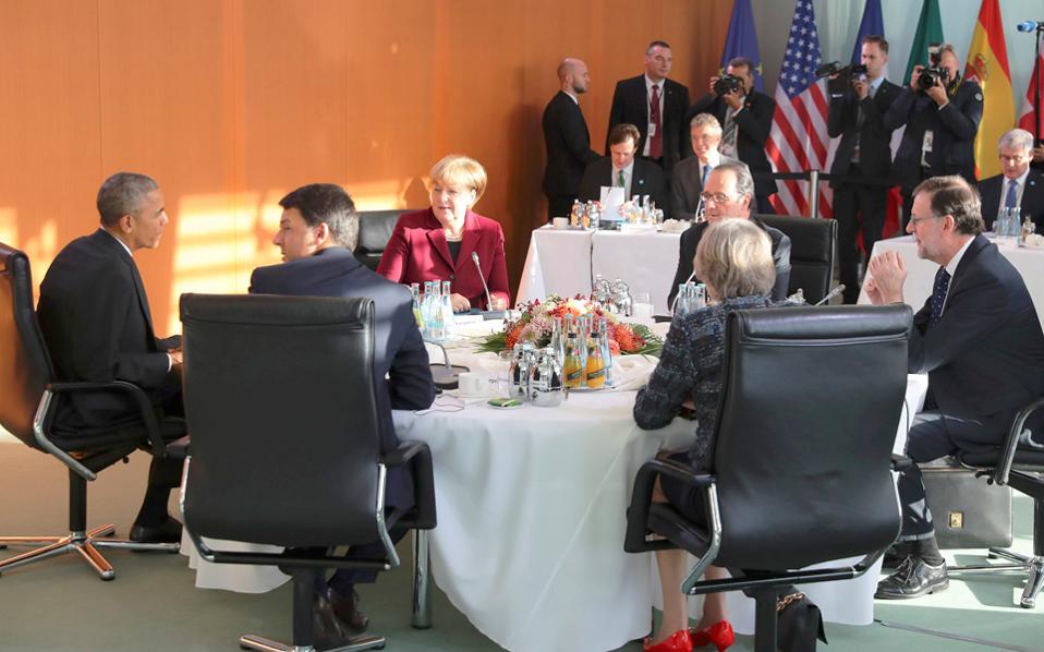 Μπαράκ Ομπάμα, Αγκελα Μέρκελ, Φρανσουά Ολάντ, Μαριάνο Ραχόι, Τερέζα Μέι και Ματέο Ρέντσι χθες στο Βερολίνο. Ελάχιστα έγιναν γνωστά για τις συνομιλίες των ηγετών την τελευταία ημέρα παραμονής του Μπαράκ Ομπάμα στην Ευρώπη με την ιδιότητα του προέδρου των ΗΠΑ, πέρα από τη συμφωνία για παράταση των κυρώσεων κατά της Ρωσίας.