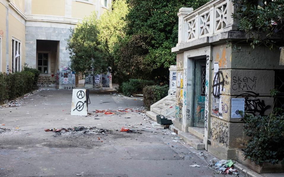 Εικόνες καταστροφής, αποκαΐδια, σπασμένα πεζοδρόμια, μία ημέρα μετά την επέτειο του Πολυτεχνείου.
