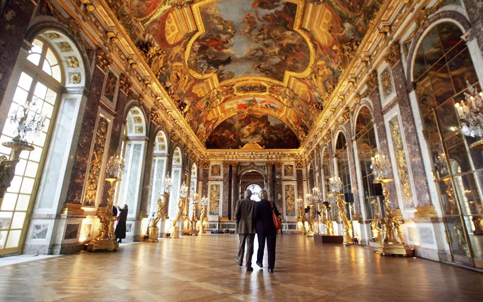 Η ανακαίνιση της Αίθουσας των Κατόπτρων στο ανάκτορο των Βερσαλλιών κατέστη δυνατή χάρη σε εταιρικές χορηγίες.