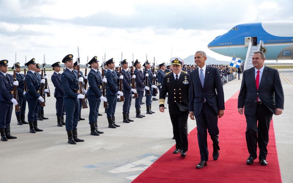Η υποδοχή του Αμερικανού προέδρου στην Ελλάδα από τον υπ. Αμύνης Πάνο Καμμένο και τον αρχηγό των ΓΕΕΘΑ, Ευάγγελο Αποστολάκη.