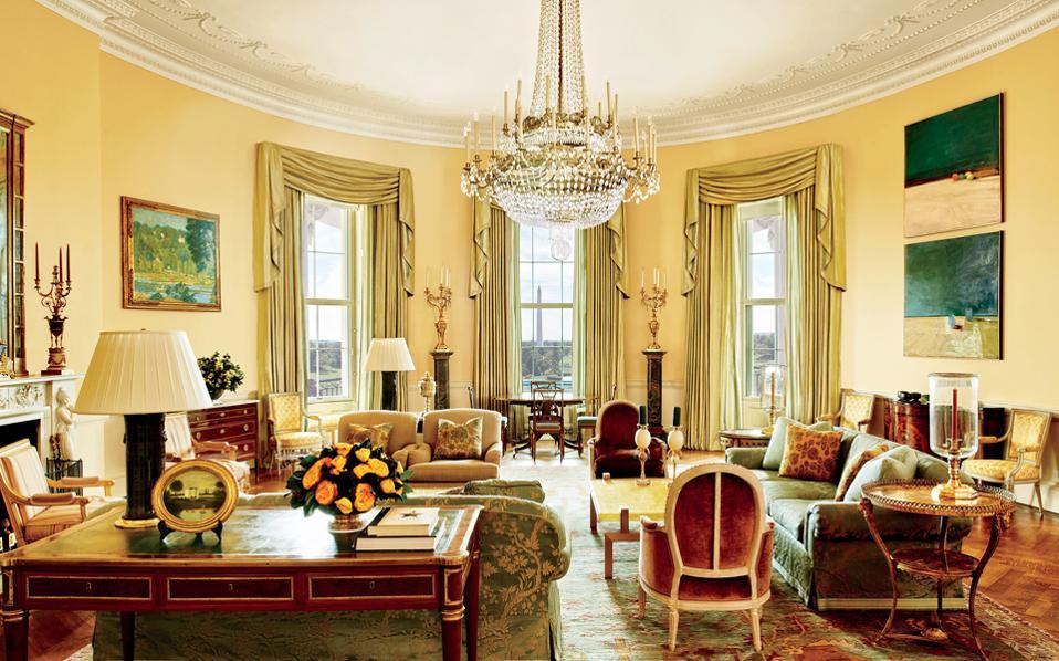 Μια ματιά στους ιδιωτικούς χώρους του Λευκού Οίκου επέτρεψε ο πρόεδρος των ΗΠΑ, Μπαράκ Ομπάμα, στη διεθνή κοινή γνώμη, ανοίγοντας τις πόρτες του σε έγκυρο αρχιτεκτονικό περιοδικό. Οι φωτογραφίες που δημοσιεύθηκαν στο περιοδικό Architectural Digest αποκαλύπτουν τον δεύτερο όροφο της προεδρικής κατοικίας, τους χώρους δηλαδή που ο Ομπάμα και η οικογένειά του θεωρούν «σπίτι». Η διακόσμηση των συγκεκριμένων δωματίων έγινε από τον διακοσμητή Μάικλ Σμιθ, από το Λος Αντζελες, ο οποίος διακόσμησε και το Οβάλ Γραφείο.