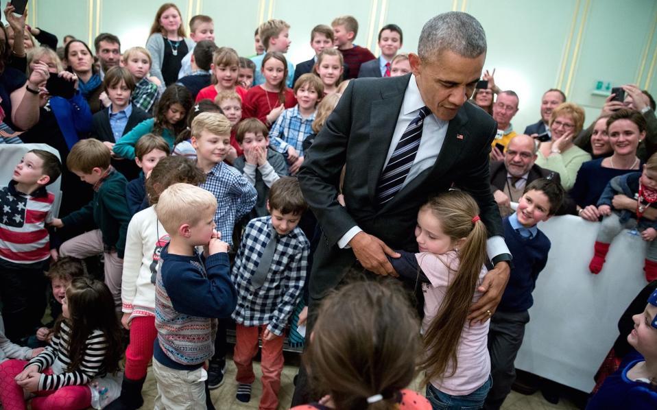 Χαιρετώντας παιδιά στην Πρεσβεία των ΗΠΑ στο Βερολίνο.