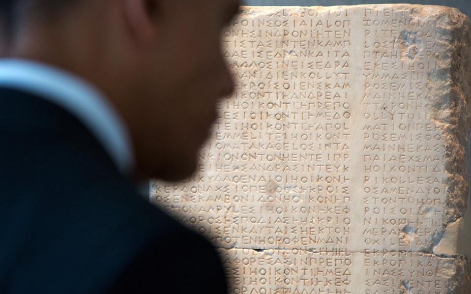 Μπροστά σε αρχαία επιγραφή. Ο πρόεδρος επεσήμανε πως οι Έλληνες διατηρούν ακόμα το αρχαίο αλφάβητο.