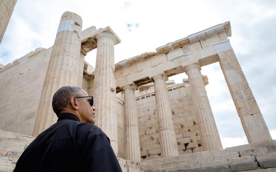 Ο πρόεδρος Ομπάμα θαυμάζει την Ακρόπολη.