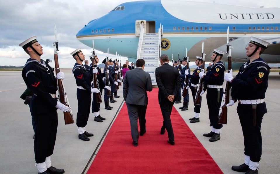Ο πρωθυπουργός συνοδεύει τον πρόεδρο στο Air Force 1 κατά την αποχώρησή του.