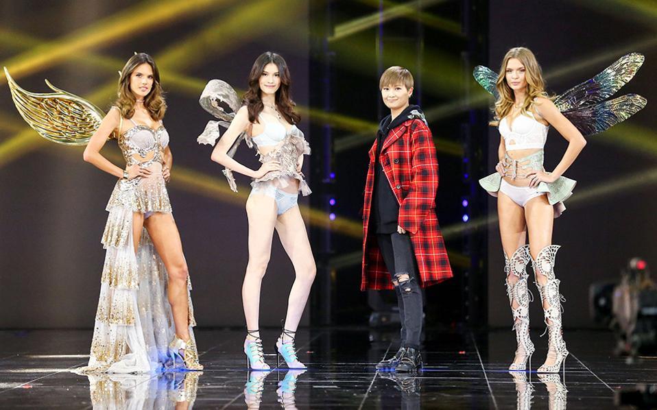 Πόσα; Ο κολοσσός Alibaba το ανακοίνωσε και φυσικά έκανε πολλούς να τρίβουν τα μάτια τους. Μόλις 5 λεπτά χρειάστηκαν οι Κινέζοι για να σπαταλήσουν 1 δισεκατομμύριο δολάρια για τα ψώνια τους στην μεγαλύτερη προώθηση μέσω ίντερνετ που έγινε ποτέ. Στην φωτογραφία τα διάσημα μοντέλα της Victoria Secret μαζί με την σταρ της εκδήλωσης 11:11 Global Shopping Festival, την τραγουδίστρια Li Yuchun, που βοήθησε τα μηχανάκια να τρελαθούν. AFP
