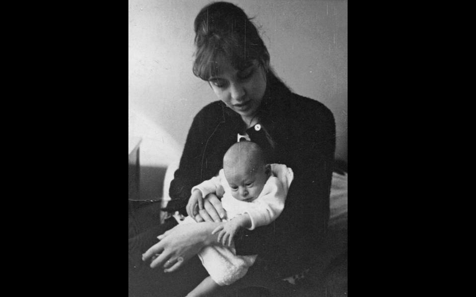 Η συγγραφέας Frances Karlen Santamaria (1937-2013) με τον νεογέννητο γιο της, Josh, στην Αθήνα το 1964.