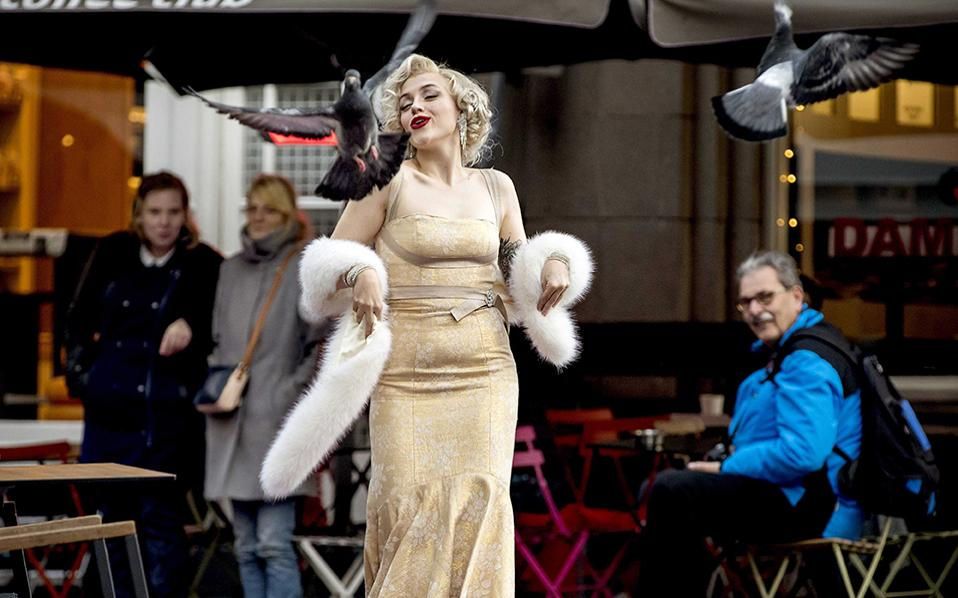 Με νάζι. Κόκκινο χαλί στρώθηκε για τις διαγωνιζόμενες που συμμετείχαν στο «Walk Like Marilyn». Τα ξανθά κορίτσια με κέφι και το απαραίτητο νάζι περπάτησαν, προσφέροντας χάζι στους περαστικούς της New Church του Άμστερνταμ. EPA/KOEN VAN WEEL