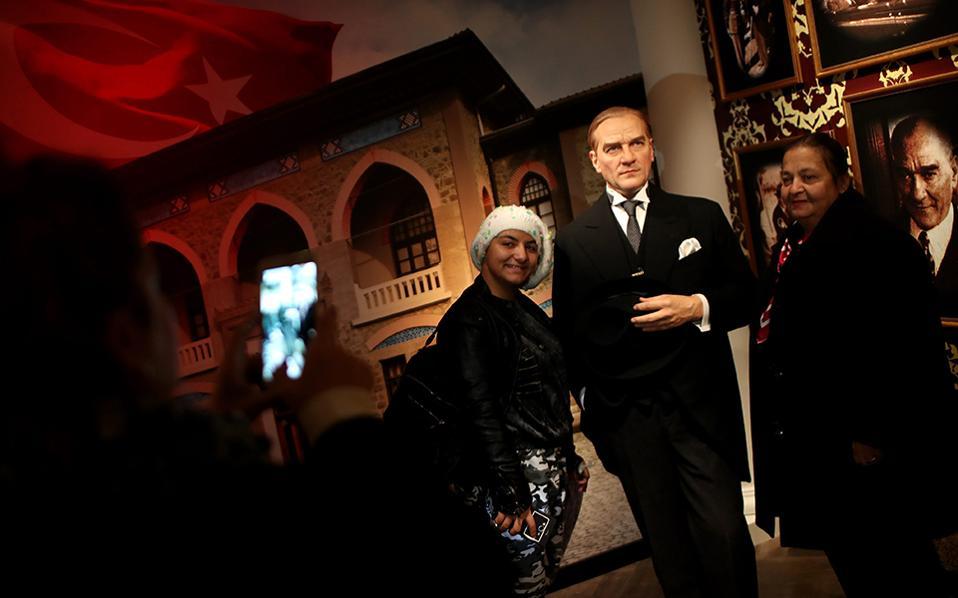 Όχι μόνο Ataturk. Το μουσείο της Madame Tussauds άνοιξε παράρτημα στην Κωνσταντινούπολη και πλήθος κέρινων κινηματογραφικών αστέρων και διασήμων βρήκαν στέγη. Ανάμεσά τους φυσικά δεν θα μπορούσε να λείπει και το ομοίωμα του αγαπημένου τους Mustafa Kemal Ataturk. EPA/SEDAT SUNA