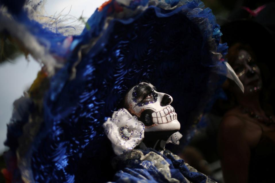 Το καρναβάλι των νεκρών. Και στο Μεξικό όπως και σε άλλες περιοχές γιορτάζουν την ημέρα των νεκρών με επισημότητα, επισκέψεις στα νεκροταφεία και παρελάσεις. Ξεχωριστό και πιο χαρακτηριστικό κομμάτι, οι Catrines, οι νεκρές  γυναίκες ντυμένες με φινέτσα και στιλ, με το ιδιαίτερο μακιγιάζ στο πρόσωπο όπου στολίζεται με λουλούδια. REUTERS/Edgard Garrido
