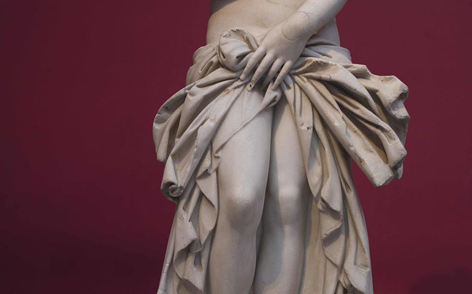 Ομορφιά. Η χρονιά που φεύγει ήταν η χρονιά του Αρχαιολογικού Μουσείου Αθηνών που γιόρτασε φέτος τα 150 χρόνια από την θεμελίωσή του. Αξίζει λοιπόν,  αν θέλει κανείς να πάρει μια ανάσα ομορφιάς, να το επισκεφθεί. Στην φωτογραφία μια χαριτωμένη Αφροδίτη από παριανό μάρμαρο. AP Photo/Petros Giannakouris