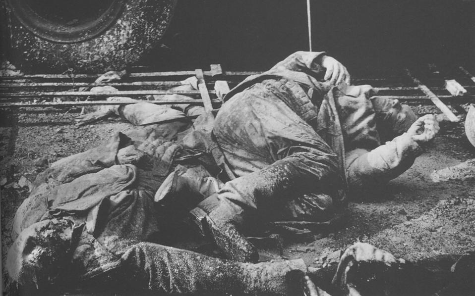 Πτώματα στους δρόμους της Βουδαπέστης. Αστυνομικοί και συνεργάτες του καθεστώτος εκτελέστηκαν συνοπτικά ή λιντσαρίστηκαν από το εξαγριωμένο πλήθος.