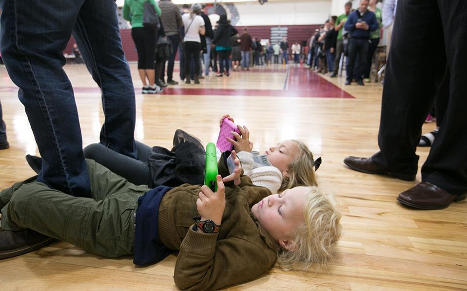 Παρκετέζα. Δεν άντεξαν οι Merrick 4 ετών και Savannah Little 5 και ξάπλωσαν στο παρκέ στο Grady High School της Atlanta στην Georgia. Ακολούθησαν τους γονείς τους στις εκλογές και με τα μάτια στο ηλεκτρονικό τους παιχνίδι, έχουν γραπώσει τον πατέρα τους από το πόδι, έτσι ώστε να τα σέρνει χωρίς να σηκώνονται. Jessica McGowan/Getty Images/AFP