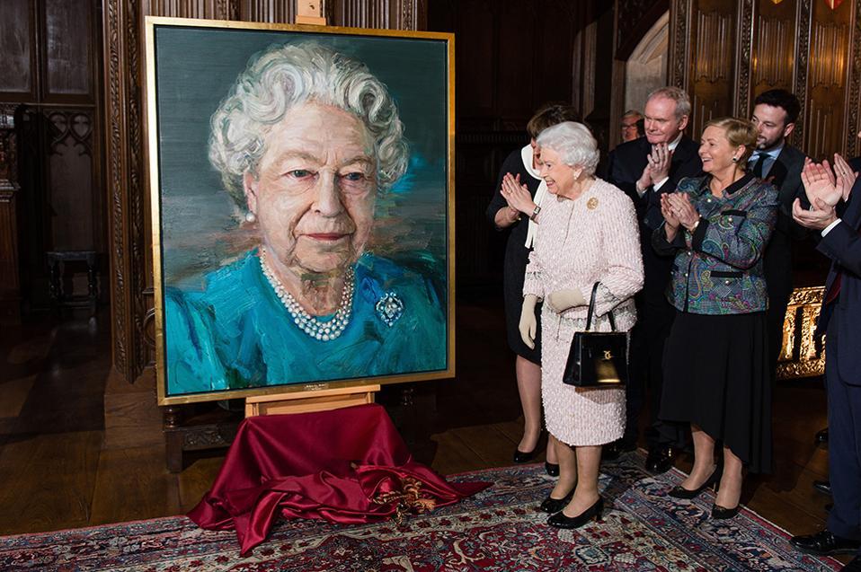 Η Ελισάβετ της Ιρλανδίας. Δεν είναι λίγα τα πορτραίτα της Βασίλισσας, αντιθέτως. Αυτό όμως δεν σημαίνει ότι  με κάποια αφορμή δεν υπάρχει και  ανάθεση σε σημαντικό και αναγνωρισμένο καλλιτέχνη για την απόδοση της Ελισάβετ. Αυτή την φορά η Βασίλισσα βρέθηκε στα αποκαλυπτήρια του πορτραίτου της  διά χειρός  Colin Davidson στο Crosby Hall του Λονδίνου παρουσία υπουργών της Ιρλανδίας. (Jeff Spicer/Pool Photo via AP)
