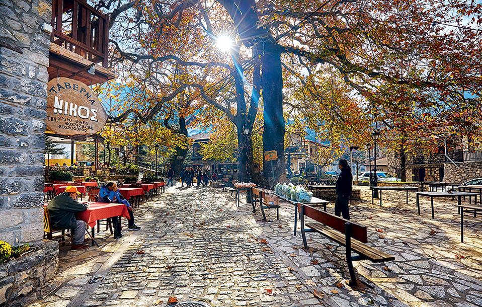Πελώρια πλατάνια στην κεντρική πλατεία. (Φωτογραφία: ΓΙΩΡΓΟΣ ΤΣΑΦΟΣ)