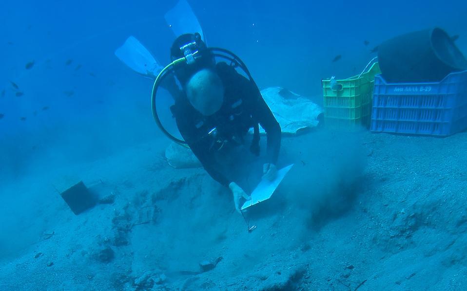 Yποβρύχιες εργασίες στον χώρο του ναυαγίου. Διακρίνεται μέρος του σκαριού του πλοίου (φωτ. Γιάννης Φαρδούλης).