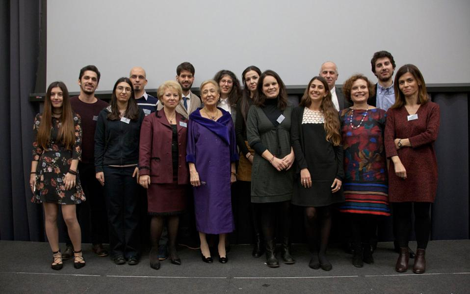 Xαμόγελα πλατιά της γνώσης – οι φετινοί υπότροφοι της Eπιτροπής για το 2016-2017 με την ιδρύτρια κ. Matti Egon, την πρόεδρο κ. Zέττα Θεοδωροπούλου και την καθηγήτρια Eιρήνη Λαιμού. (Φωτο Kατερίνα Kαλογεράκη, Λονδίνο)