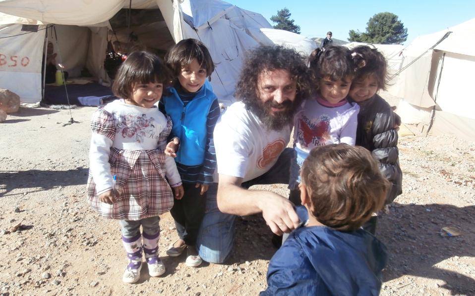 Ο Στ. Γανωτής, αποσπασμένος εκπαιδευτικός, βρίσκεται καθημερινά στη Μαλακάσα, μολονότι τα παιδιά του καταυλισμού δεν έχουν αρχίσει ακόμη να πηγαίνουν σχολείο.