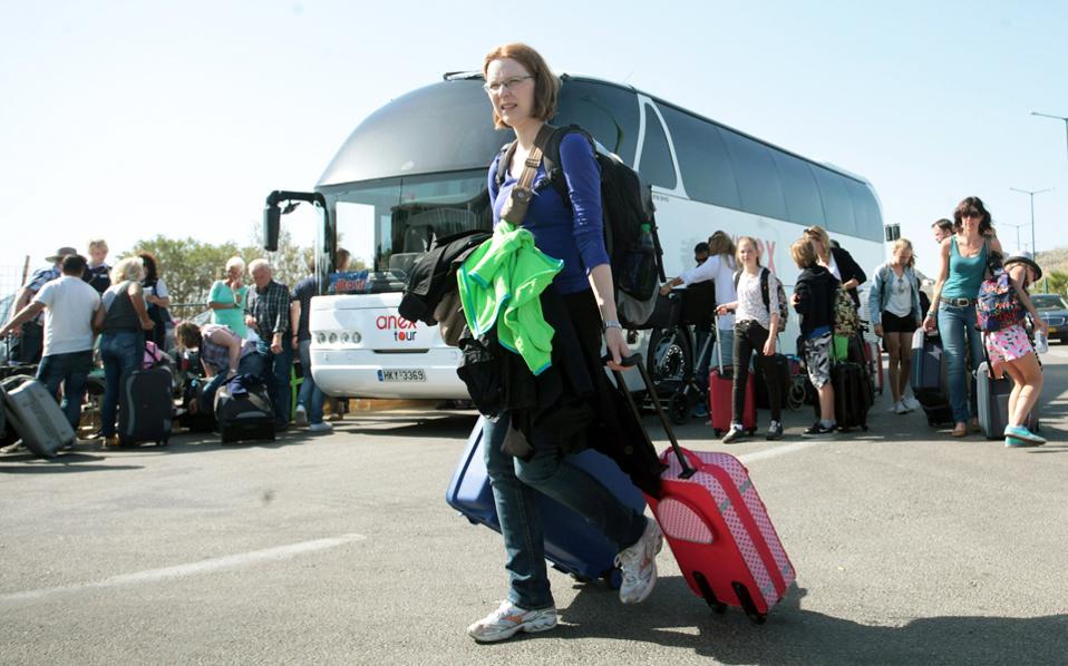Οι εκπτώσεις που δόθηκαν για τις κρατήσεις τελευταίας στιγμής, προκειμένου να αυξηθεί ο αριθμός των ξένων τουριστών, συρρίκνωσαν τα έσοδα των επιχειρήσεων.