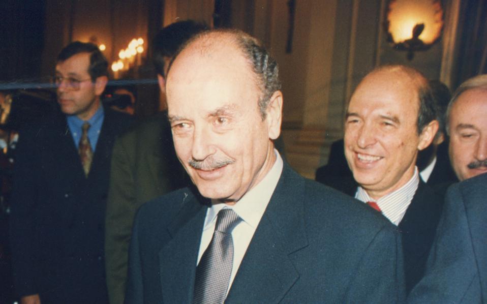 Oρκωμοσία Kώστα Σημίτη ως πρωθυπουργού στο Προεδρικό Mέγαρο ενώπιον του Προέδρου Kωστή Στεφανόπουλου. (Bασ. Pεντζής)