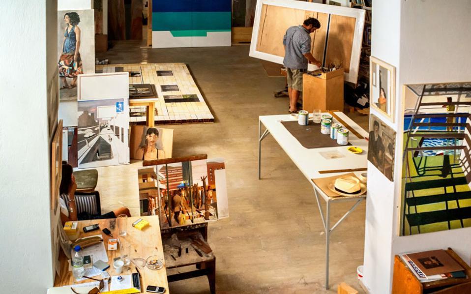 Ο ζωγράφος Κώστας Παπανικολάου επί το έργον στο στούντιό του στην Καισαριανή.