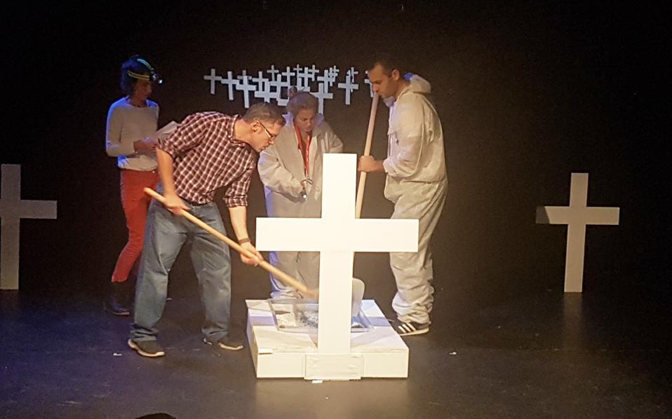 Σκηνή από το «Μπαμπάδες με ρούμι», που παρουσιάζεται στο Βερολίνο.