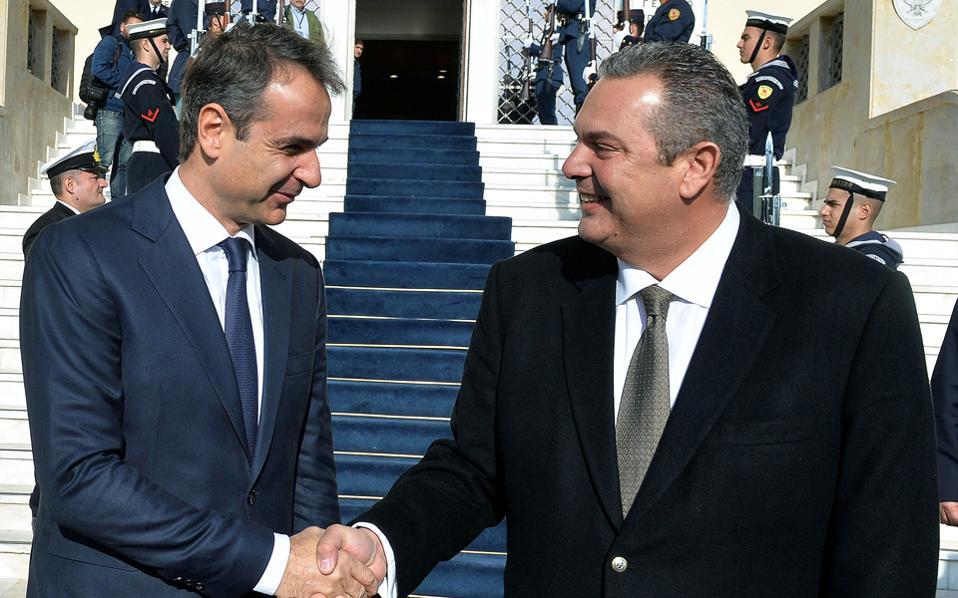 Θερμή χειραψία του προέδρου της Ν.Δ. Κυριάκου Μητσοτάκη με τον υπουργό Εθνικής Αμυνας Πάνο Καμμένο, έξω από το Πεντάγωνο.
