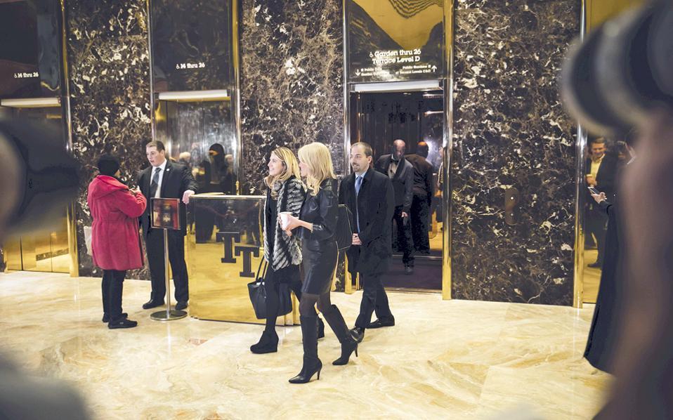 Τα χαμόγελα των Αμερικανών δημοσιογράφων (διακρίνεται ο γνωστός Τσακ Τοντ της εκπομπής «Meet the press» του δικτύου MSNBC) δεν απηχούν το κλίμα στο οποίο πραγματοποιήθηκε η συνάντησή τους με τον νεοεκλεγέντα πρόεδρο των ΗΠΑ, Ντόναλντ Τραμπ. Σύμφωνα με το γλαφυρό ρεπορτάζ της New York Post, η πρώτη του επαφή με τους δημοσιογράφους το βράδυ της Δευτέρας έμοιαζε με «εκτελεστικό απόσπασμα», αφού ο μελλοντικός ένοικος του Λευκού Οίκου τους αποκάλεσε ψεύτες και τους είπε ότι θα πρέπει να ντρέπονται. Στη συνέχεια ενεπλάκη σε μια νέα βεντέτα με τους New York Times, με εκπροσώπους των οποίων συναντήθηκε τελικά χθες.