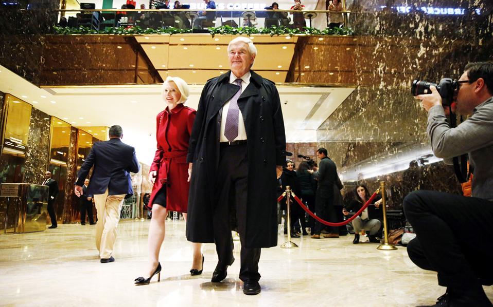 Συνοδευόμενος από τη σύζυγό του Καλίστα, ο Νιουτ Γκίνγκριτς εξέρχεται από τον Πύργο Τραμπ, αφού συναντήθηκε με τον εκλεγέντα πρόεδρο.