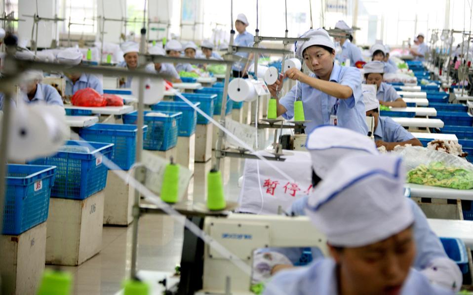 Το εργατικό δυναμικό κλωστοϋφαντουργίας στην επαρχία Τζιανγκσού παράγει πυρετωδώς, των ώρα που η Κίνα φιλοδοξεί να πατάξει το εμπόριο προϊόντων «μαϊμού».