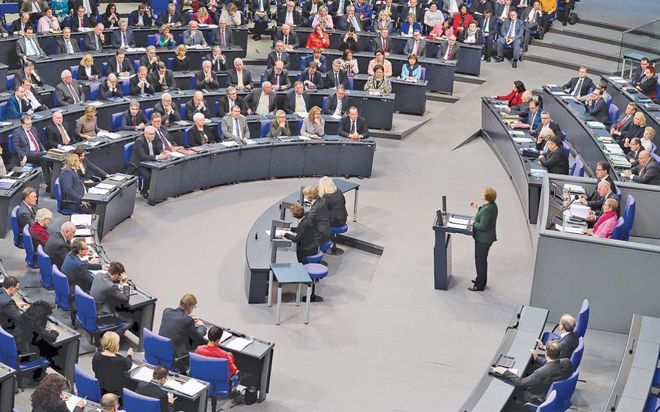 Η Γερμανίδα καγκελάριος Αγκελα Μέρκελ, κατά τη χθεσινή ομιλία της στη γερμανική Βουλή, δήλωσε ότι δεν σκοπεύει να αλλάξει πολιτική απέναντι στον Τούρκο πρόεδρο Ταγίπ Ερντογάν.