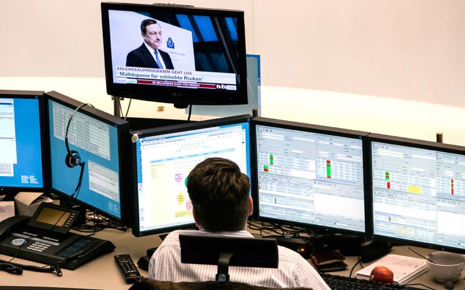 Οι επενδυτές δείχνουν πως περιμένουν μια θετική εξέλιξη αναφορικά με την ελληνική οικονομία, στο πλαίσιο των διαπραγματεύσεων που διεξάγονται και αφορούν τόσο την ολοκλήρωση της δεύτερης αξιολόγησης του προγράμματος όσο και τις αποφάσεις για την ελάφρυνση του ελληνικού χρέους και την ένταξη των ελληνικών ομολόγων στην ποσοτική χαλάρωση της ΕΚΤ.